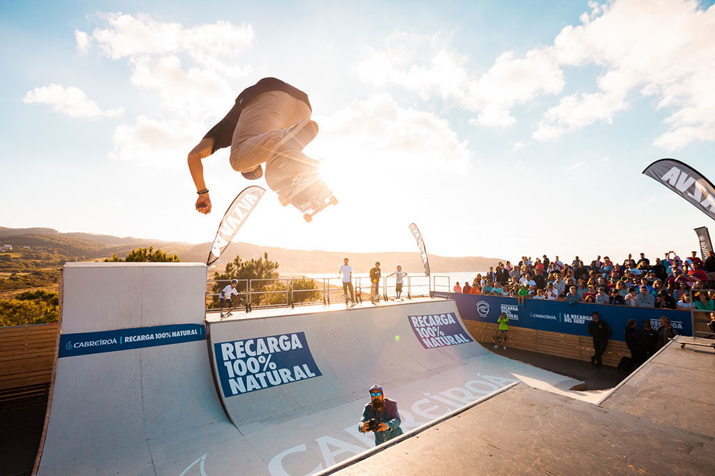 Danny León exhibe sus increíbles trucos en el Cabreiroá Rampa Skate
